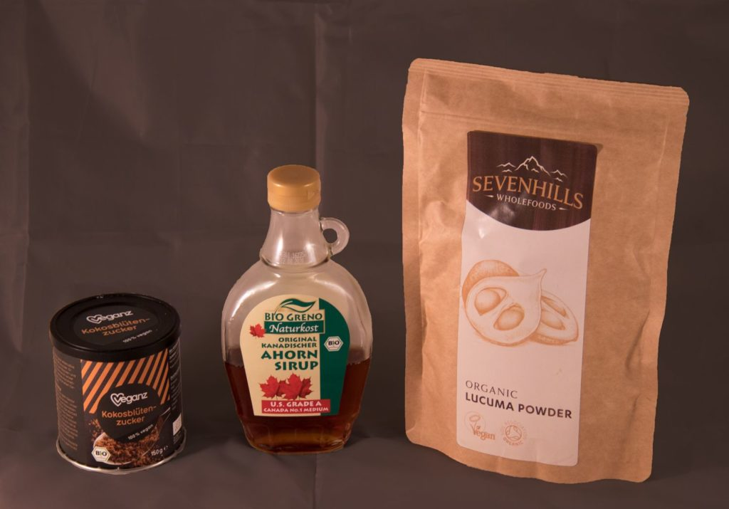 Kokosblütenzucker, Ahornsirup und Lucuma-Pulver, natürliche Süßungsmittel