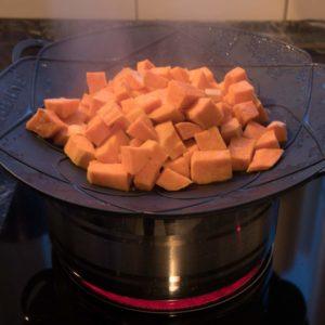 Die Süßkartoffeln dünsten