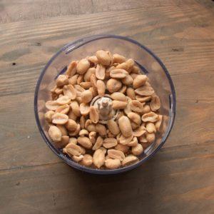 Erdnüsse in den Blitzhacker geben