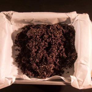 Die Brownie-Masse in eine Form geben