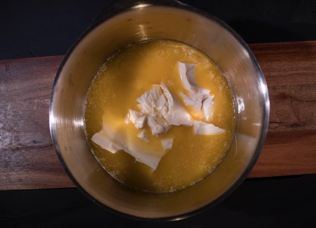 Seidentofu mit Butter und Ahornsirup zusammengeben.