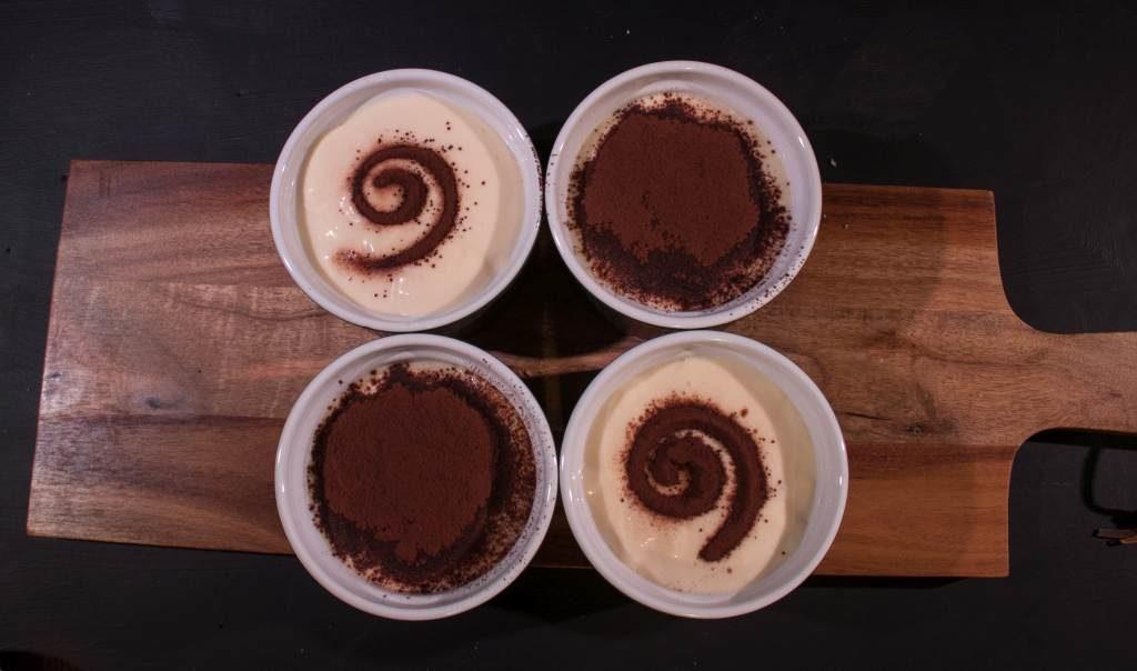 Vor dem Servieren noch dick mit Kakao garnieren.