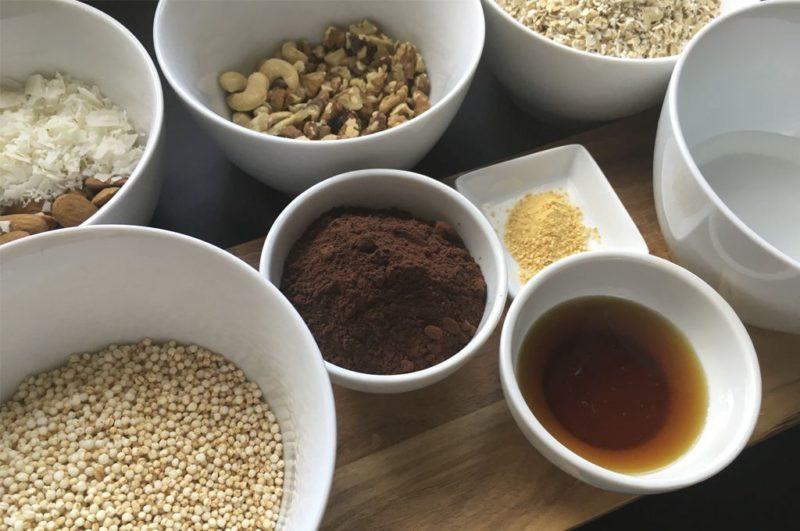 Roher Kakao und Quinoa-Pops in Bioqualität