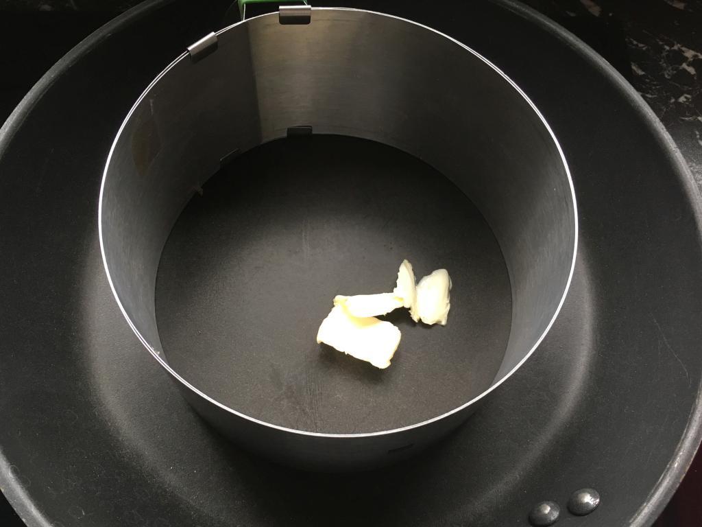 Etwa einen Teelöffel vegane Butter in die Pfanne geben...
