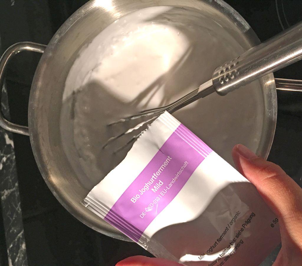Dann die Joghurtkulturen dazugeben und gründlich einrühren