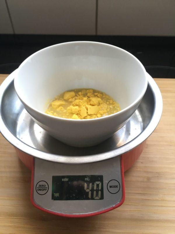 Den Ei-Ersatz mit 40 ml Wasser glattrühren