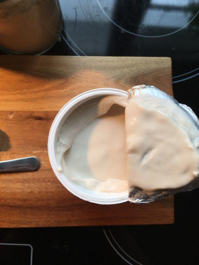 Der Cashewjoghurt sieht direkt nach dem Öffnen schon cremig aus.
