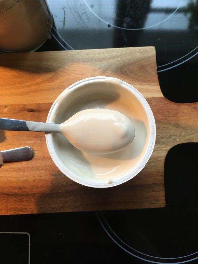 Einmal umgerührt hat man einen schönen cremigen Joghurt,...