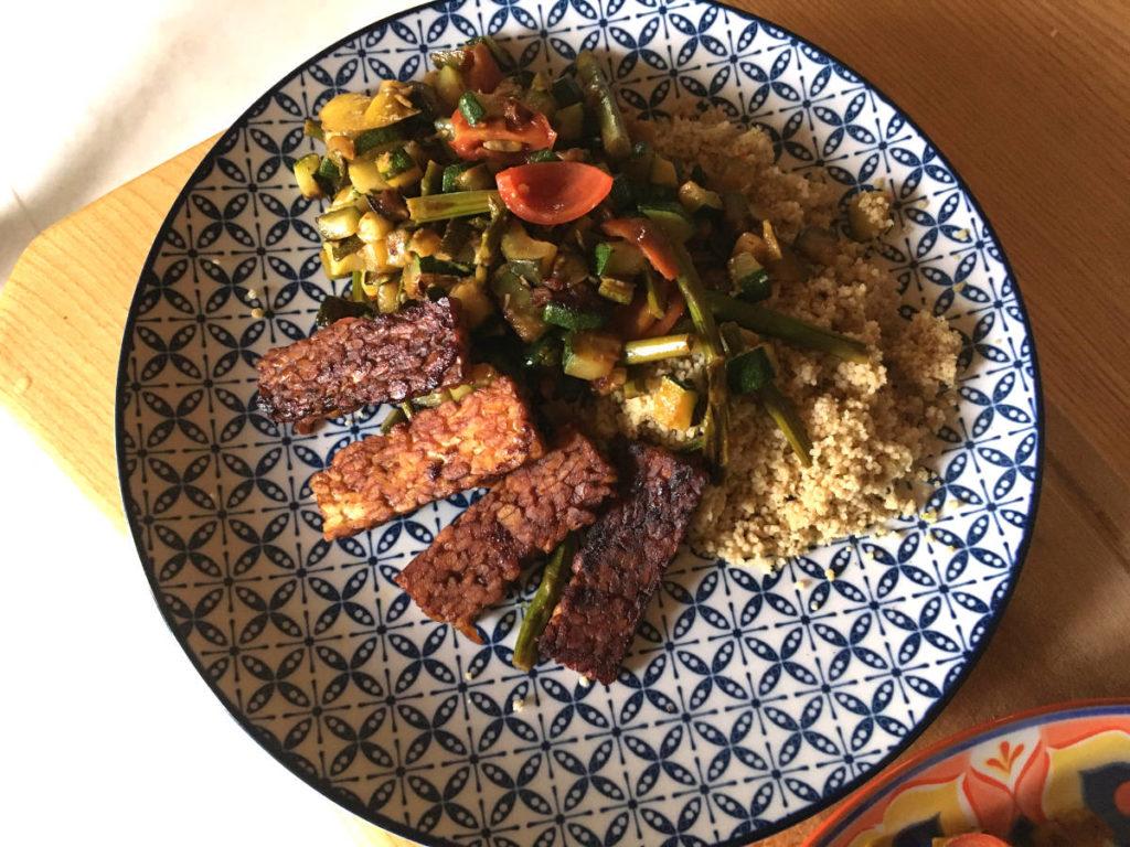 Wok-Spargel mit Tempeh und Couscous
